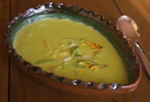Крем-суп с цветами кабачков, фаршированных сыром