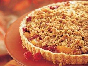 Малиновый пирог с персиком и вишней
