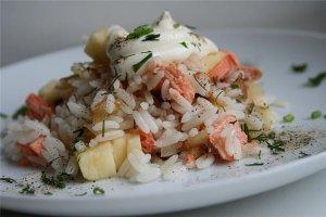 Рисовый салат с семгой и овощами
