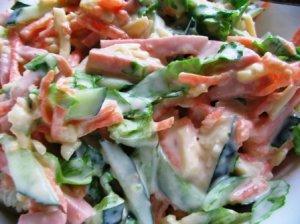 Овощной салат с сыром и ветчиной