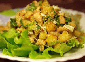 Салат с курицей, орехами и сухариками
