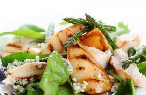 Салат со спаржей и печеной грушей