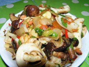 Кальмары с овощами и грибами