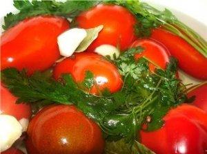 Консервированные помидоры с морковью и луком
