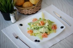 Лососевый салат с лаймом и имбирем