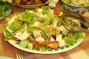 Куриный салат с козьим сыром и винным желе