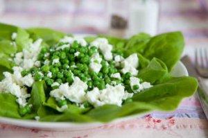 Куриный салат с рисом и зеленым горошком